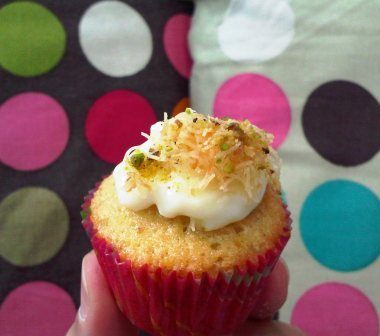 The fourth flavor is the Kanafa... this one was AMAZING! Crunchy Vermicilli, M7lbiya like topping, and a cupcake base with hints of pistachios o nut... i <3 this one!